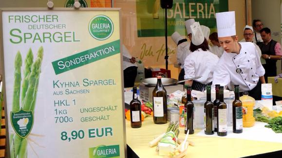 ライプツィヒ街の中央でアスパラガスのスペシャル販売。と料理教室。