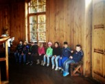 Eine Klasse Kinde sitzt um die Dornensäule herum. Die Dornensäule in der Mitte der Kaltinhalierhalle. Man geht langsam um die Dornensäule herum und inhaliert die mit Sole angereicherte Luft.