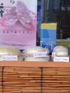 """Kagami-Mochi (jap. 鏡餅, dt. """"Spiegel-Reiskuchen"""")."""