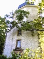 ディスカウ村の教会 城のすぐ近くにあります