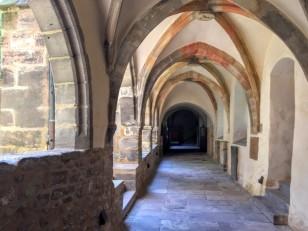 メルゼブルク大聖堂の回廊、中庭の周囲に巡らされている,長くて屈折した歩廊。