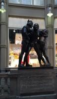 メーデラーパッサージュにある彫像。 ゲーテの文学作品の主人公となるDoktor Faust ファウスト博士Auerbach飲み屋の場面。