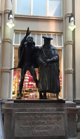 メーデラーパッサージュにある彫像。 ゲーテの文学作品の主人公となるDoktor Faust ファウスト博士とメフィストフェレス「悪魔)。