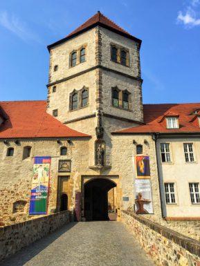 城の外である橋から門へ見る。