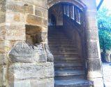 城の中庭に隣接している建物の古い階段