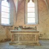 クヴェアフルト砦の中教会にあるサイドチャペルと墳墓