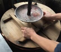 Kessel wird verschlossen und der Zucker und die Azuki Bohnen aufgekocht.