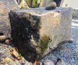 Abbild der Gottheit Kannon auf einem Stein der Mauer die den Katō Shrine umschließt.