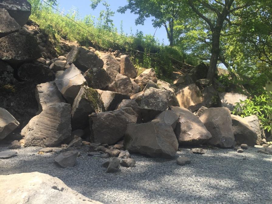 境内に落ちた石垣
