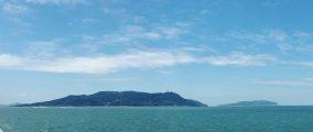 Blick von Meinohama Ferry Port auf die Insel.