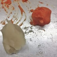 Orange eingefärbte Bohnenpaste.